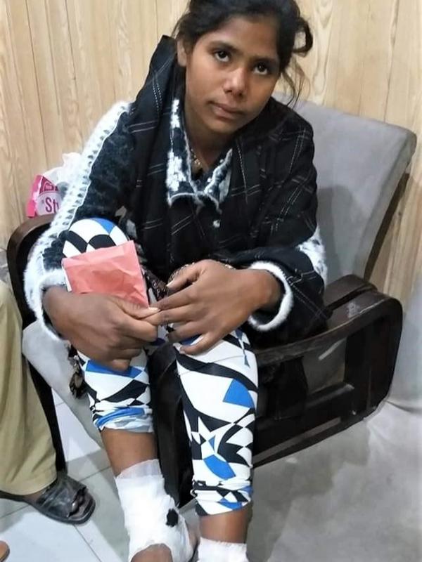 警察に救出された際のファラ・シャヒーンさん=2020年12月5日、パキスタン・パンジャブ州で(写真:モーニング・スター・ニュース)