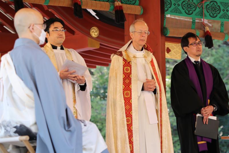 鶴岡八幡宮の舞殿でキリスト教の祈りをささげるキリスト教の司祭・牧師ら=11日