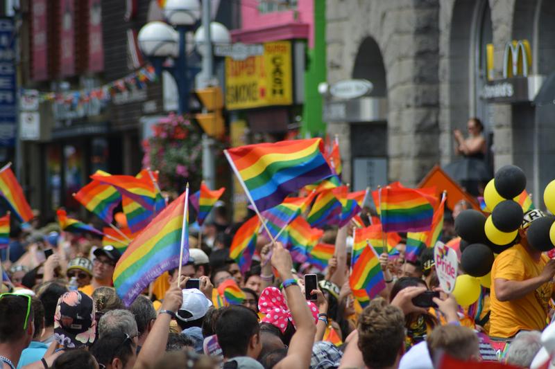 LGBT(性的少数者)への支持を象徴する「レインボーフラッグ」を掲げる人々(写真:naeimasgary)