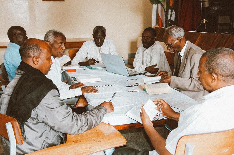 エチオピアのオロモ人が使う東オロモ語訳の聖書翻訳事業の様子(写真:イルミネーションズのフェイスブックより)