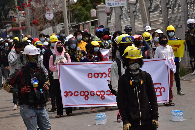 ミャンマー中部の都市タウンジーのクーデター抗議デモに参加する人々=11日(写真:Robert Bociaga Olk Bon / Shutterstock.com)