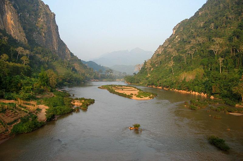 ラオスのナムオウ川