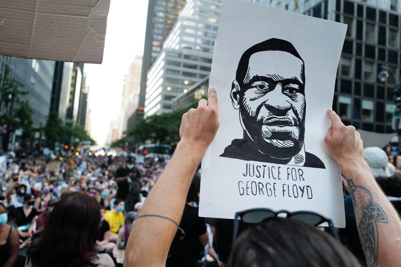 「ジョージ・フロイドさんのために正義を」という一文が添えられたフロイドさんの似顔絵を持って抗議をするブラック・ライブズ・マター(BLM)運動の参加者=2020年6月10日、米ニューヨークで(写真:CHOONGKY / Shutterstock.com)