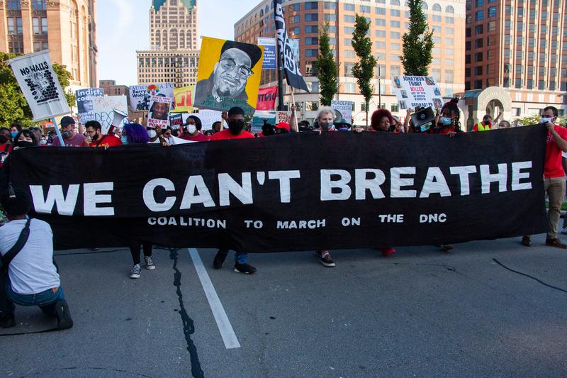 ジョージ・フロイドさんの言葉から「私たちは息ができない」と書いた横断幕を持って抗議する人々=2020年8月20日、ウィスコンシン州ミルウォーキーで(写真:Charles E. Miller / Shutterstock.com)