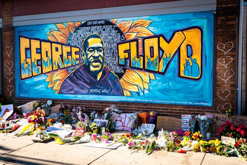 ジョージ・フロイド氏の似顔絵が描かれた壁=米ミネソタ州ミネアポリス(写真:munshots)
