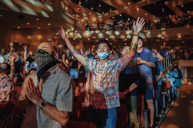 米メガチャーチ、1年ぶりの対面礼拝に5千人参加 牧師「まるでクリスマスのよう」