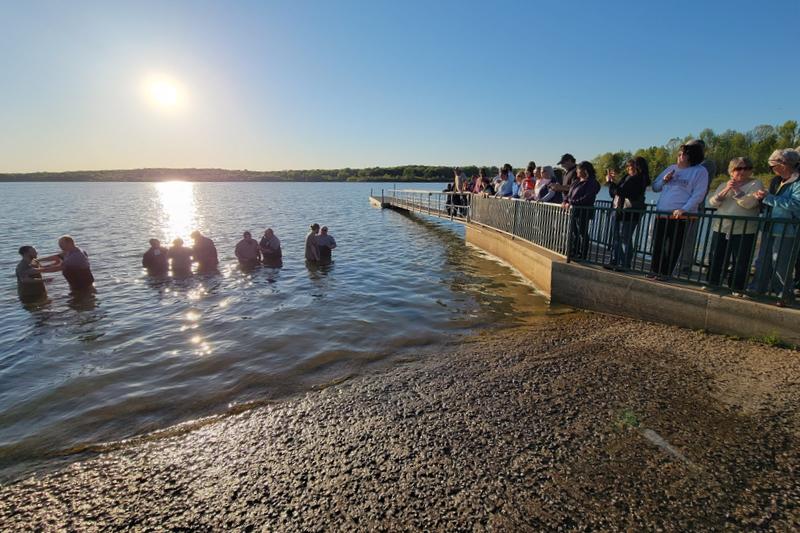 市民に見守られながら洗礼を受けるギブソン郡刑務所の受刑者ら=19日、米テネシー州のギブソン郡湖で(写真:同郡保安局のフェイスブックより)