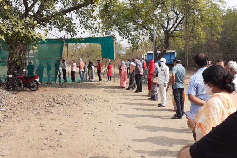新型コロナウイルスのワクチン接種のため列をなして並ぶ人々=1日、インド中西部ナーグプルで(写真:Ganesh Dhamodkar/Wikimedia Commons)
