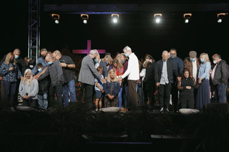 按手礼を受ける女性3人。左から、ケイティ・エドワーズさん、リズ・パファーさん、シンシア・ペティーさん。(写真:サドルバック教会のフェイスブックより)