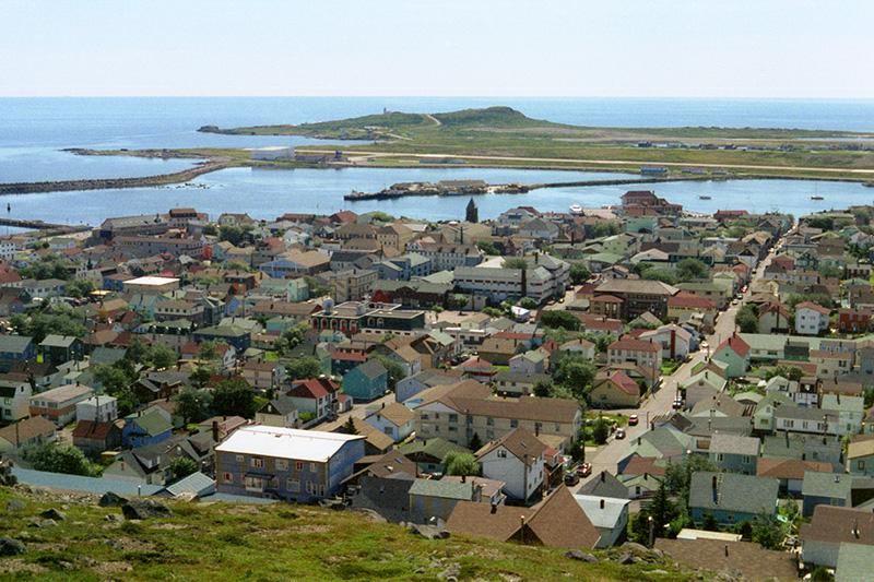 フランス領サンピエール島・ミクロン島の首都サン=ピエール(写真:Ken Eckert)