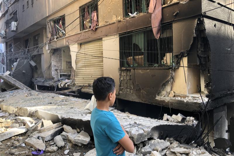 イスラエル軍による空爆で破壊されたとみられる建物を見る男性=12日、パレスチナ自治区ガザで(写真:国際連合人道問題調整事務所=OCHA)