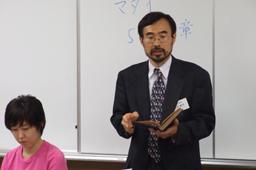 「武士道とキリスト道」として講義する上村敏文准教授。