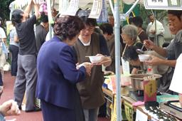 昼休みには参加教会が料理やお菓子、小物などを販売するミニショップを出店した=23日、東京都三鷹市の日本ルーテル神学校で