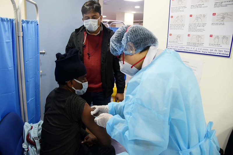 新型コロナウイルスのワクチン接種を受ける男性=1月16日、インド・ニューデリーで(写真:インド保健・家庭福祉省)