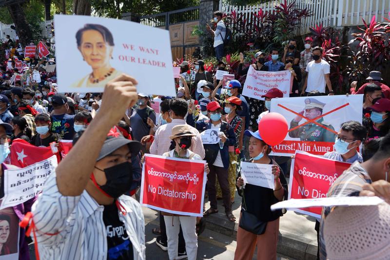 国軍によるクーデターに抗議するミャンマー市民=2月11日(写真:ボイス・オブ・アメリカ=VOA)