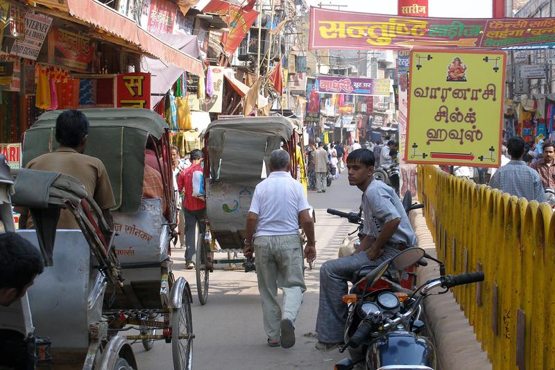 インド北部の都市バラナシの様子=2007年11月18日。バラナシはヒンズー教の聖地として知られている。(写真:Vyacheslav Argenberg)