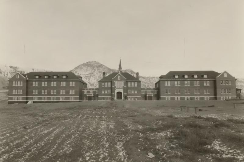 カナダのカトリック寄宿学校跡地から子ども215人の遺体 大司教「深い悲しみ」表明