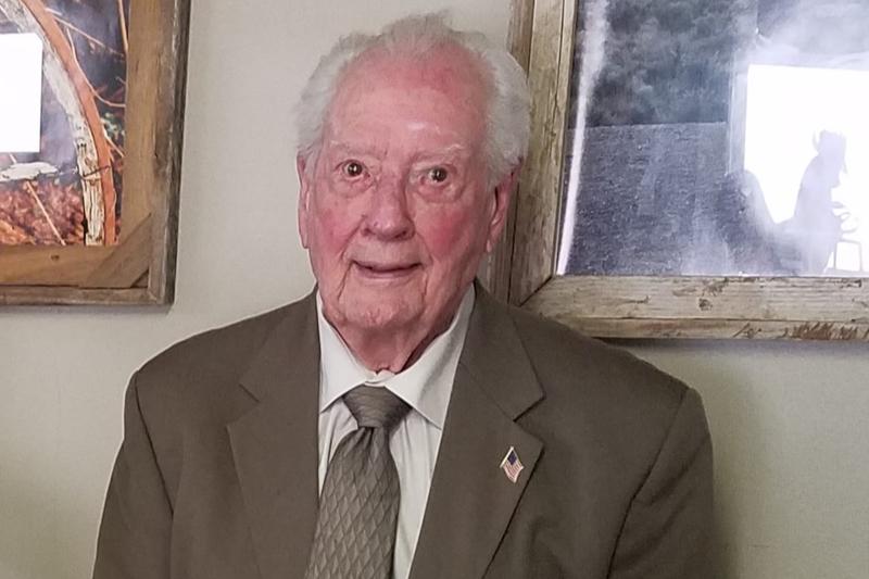 99歳で高校の卒業証書を取得したジャック・ヘッツェルさん。第一合同メソジスト教会(米テキサス州ビッグサンデー)の牧師を務めるほか、消防用ノズルの販売会社も経営している。(写真:ヘッツェルさんのフェイスブックより)
