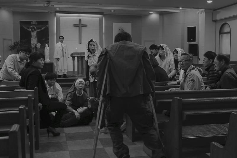 神を呪う父娘と修道女の出会い 牧師の資格持つ監督が描く「赤い原罪」