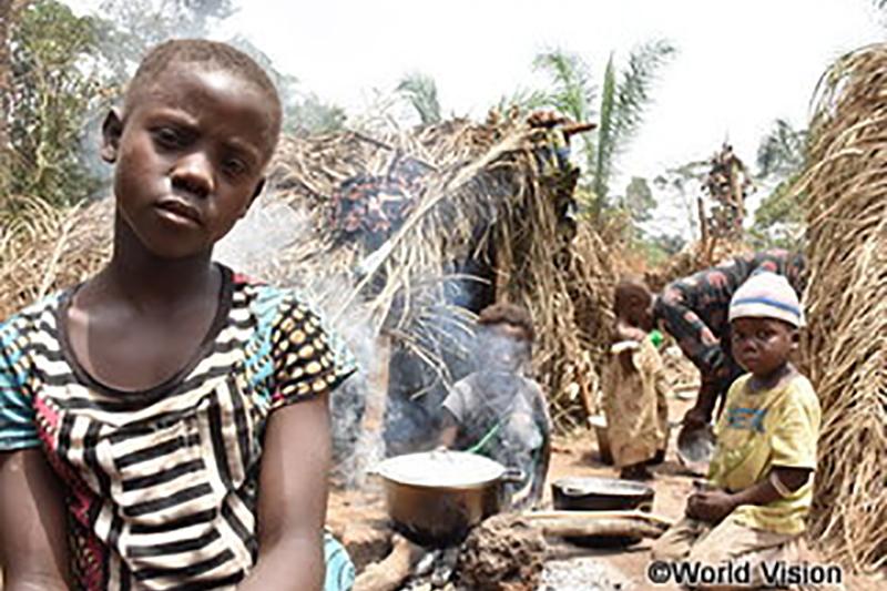 コンゴ民主共和国で、紛争が続く中央アフリカから逃れてきた少女(手前)とその家族