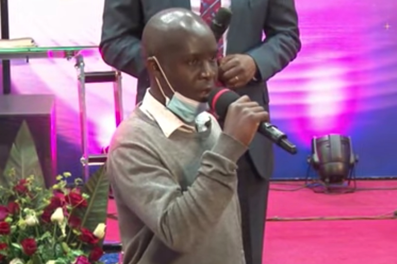 イエス・キリストへの信仰を見いだし、ケニア無神論者協会の幹事を辞任したと語るセス・マヒガ氏(画像:Elevate TV の動画より)