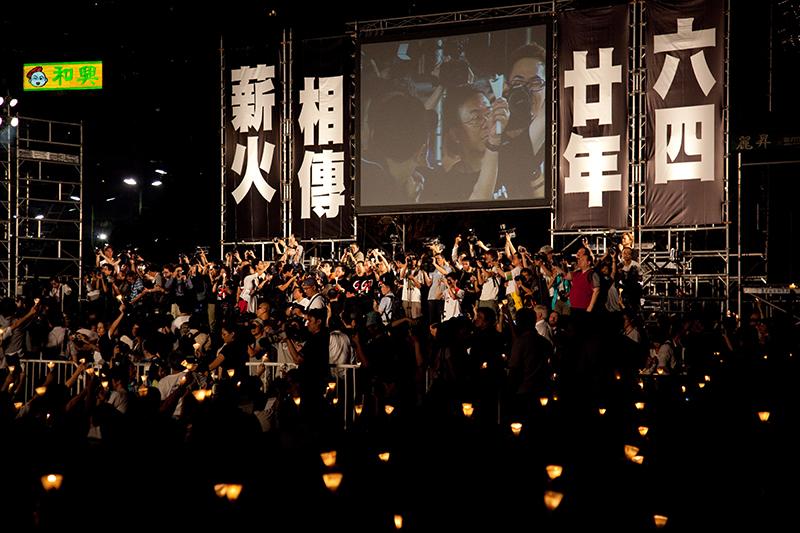 キャンドルナイトに集まり、団結を表す市民ら=2009年6月4日、香港のビクトリア公園で(写真:Kap Leung)