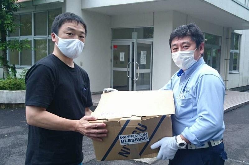 静岡県熱海市泉地区の避難所に物資を届けるオペレーション・ブレッシング・ジャパン(OBJ)のスタッフ(写真:OBJのフェイスブックより)