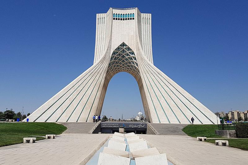 イランの首都テヘランのアザディ広場にあるアザディタワー(写真:Blondinrikard Froberg)