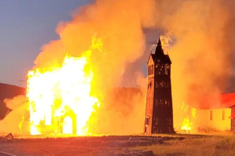 カナダの建国記念日である7月1日夜に放火された西部ブリティッシュコロンビア州ギトワンガク村の聖パウロ教会(写真:Ivan Bundy)