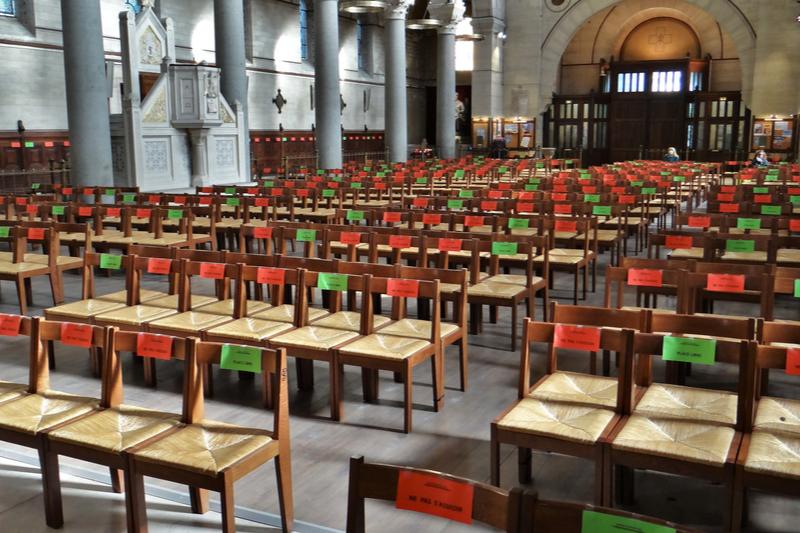 新型コロナウイルスの感染症対策のため、間隔を空けて着席するよう印が付けられている教会の椅子=2020年5月19日、フランス・パリで(写真:Ibex73)