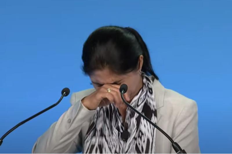 米首都ワシントンで開催された「国際信教の自由サミット」で、中国の強制収容所における自身の経験を涙ながらに語るウイグル人女性のトゥルスネイ・ジヤウドゥンさん=14日(画像:国際キリスト教コンサーンの動画より)