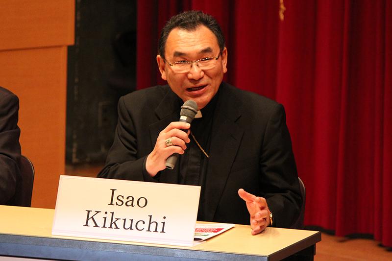 上智大学で開催された国際会議であいさつするカトリック東京大司教区の菊地功大司教=2018年5月19日
