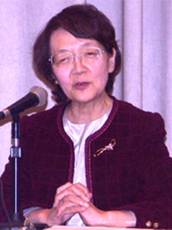 日本キリスト教協議会(NCC)議長時代に、東京YWCAで開催された諸宗教シンポジウムでプロテスタントの代表として発題する鈴木伶子さん=2005年