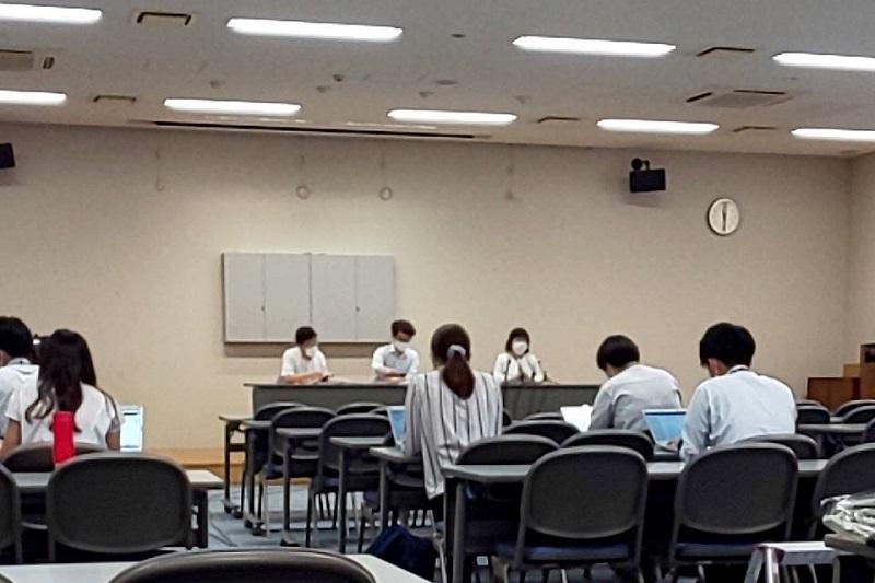 仙台地裁での口頭弁論の後、記者会見で陳述内容を読み上げる元職員ら(写真:涌谷保育園労働組合提供)