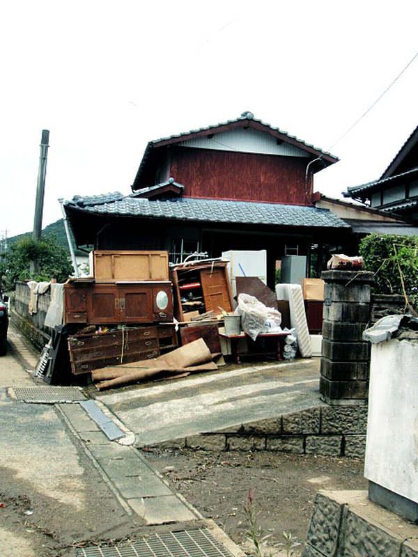 浸水被害に遭った佐賀県武雄市の住宅では、使えなくなった家具を搬出するボランティア活動を行った=15日(写真:神戸国際支縁機構提供)