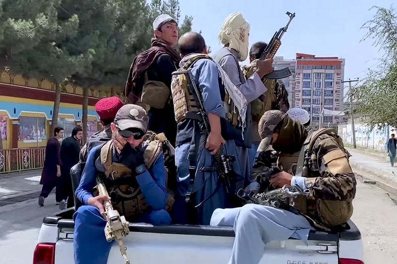 アフガニスタンの首都カブール市内を武器を持って移動するタリバン=17日(写真:ボイス・オブ・アメリカ)