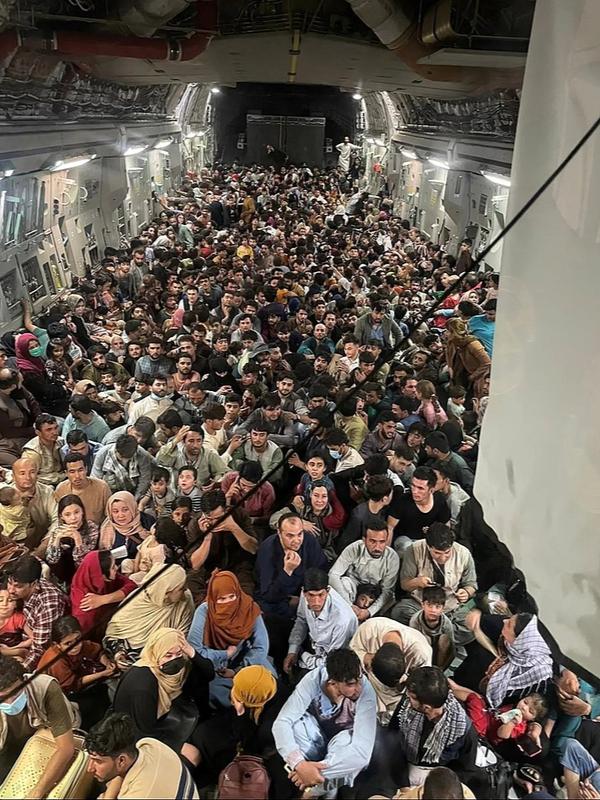 アフガニスタンからの避難民を空輸する米軍機=15日(写真:米空軍航空機動軍団)