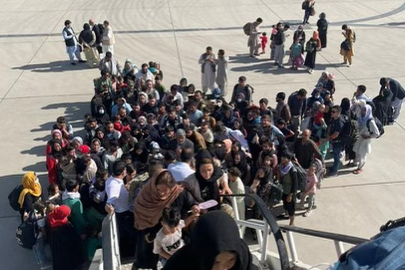 米非営利団体「ナザレン基金」が用意した2機目の航空機に乗り込むアフガニスタンの人々(写真:グレン・ベック氏のインスタグラムより)<br />