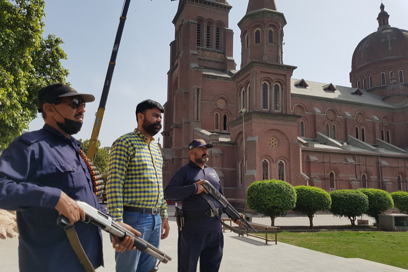 パキスタンの教会を警備する武装警備員(写真:エイド・トゥ・ザ・チャーチ・イン・ニード=ACN)