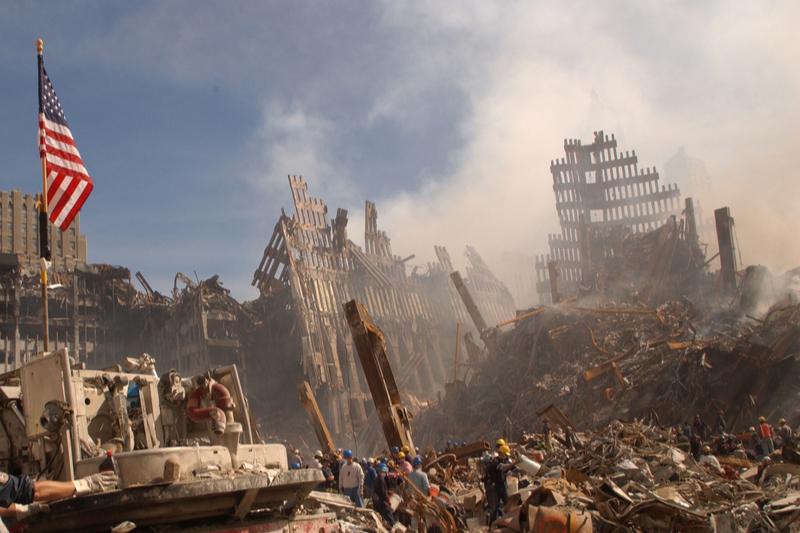 米同時多発テロ事件で崩れ落ちたニューヨークの世界貿易センタービル跡地「グラウンド・ゼロ」で行われた捜索・救出活動の様子=2001年9月13日(写真:米連邦緊急事態管理庁=FEMA)