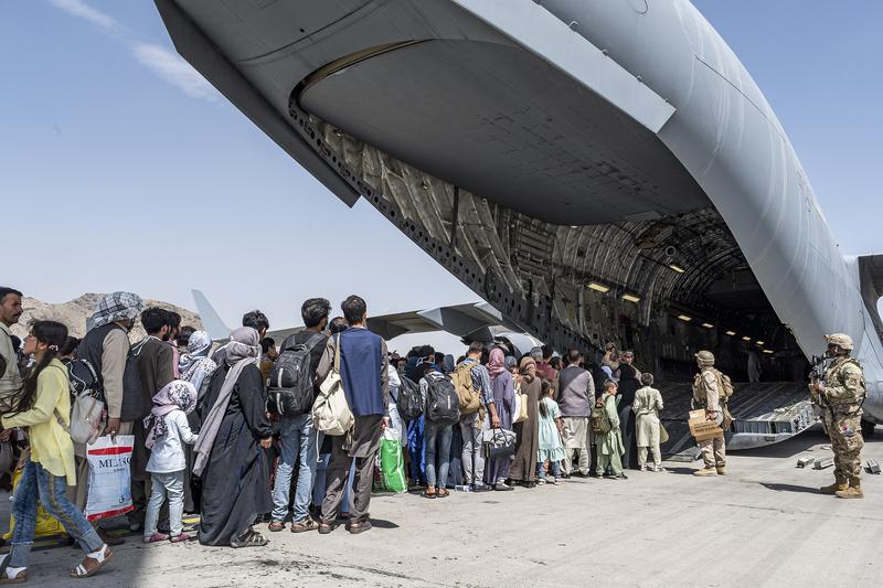 アフガニスタンから避難する人々を米軍機に誘導する米軍兵=8月16日、カブール国際空港で(写真:米空軍 / Brennen Lege)
