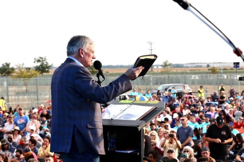 米イリノイ州ジョリエットで開催した伝道ツアー「ゴッド・ラブズ・ユー」の最初の集会で、聖書を片手にメッセージを伝えるフランクリン・グラハム氏=9月19日(写真:ビリー・グラハム伝道協会=BGEA)