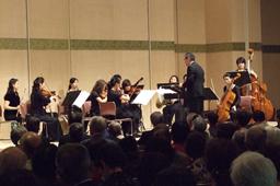 ミニコンサートを行なう日野原重明祝祭管弦楽団。昨年2月の結成以来今回が10回目の公演となった=18日、東京都千代田区の砂防会館で