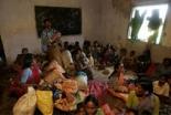 森の中での避難から戻り、町の仮施設内で避難生活を送るインドのキリスト教徒(Christian Today India)
