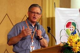 世界福音同盟(WEA)の総会で、第3回ローザンヌ世界伝道会議について説明するローザンヌ世界宣教委員会のダグ・バーゼル国際委員長=27日、タイ・パタヤで<br />
