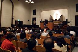 集会には約100人が参加した=1日、東京の早稲田奉仕園スコットホールで