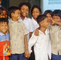 カンボジアの子どもたち。サニーサイド・ゴスペル・クラブの会費の一部が、奨学金として送られる。(日本民際交流センター)