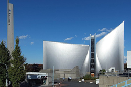 記念礼拝の会場となる東京カテドラル聖マリア大聖堂。カトリック東京大司教区の司教座聖堂(カテドラル)で、吉田茂元首相の葬儀が行われたことなどでも知られている。