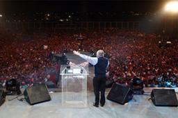2日間で延べ45万人以上を集めた中米グアテマラでの伝道集会「パラウ・フェスティバル」でメッセージを伝えるルイス・パラウ氏(Christian Post / Luis Palau Association)<br />