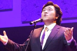 昨年のラブ・ソナタ横浜で6000人以上の会衆を前にして賛美歌を歌うベー・チェチョルさん=2008年7月29日、パシフィコ横浜で